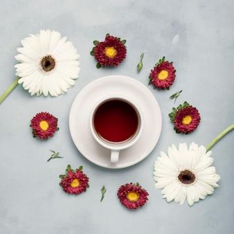 Flay leigos chá xícara de frutas e arranjo de margaridas