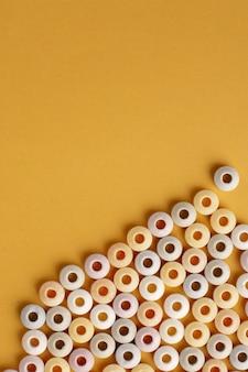 Flay leigos de doces coloridos com espaço de cópia