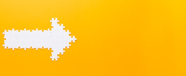 Flecha feita com peças de quebra-cabeça, apontando para a direita