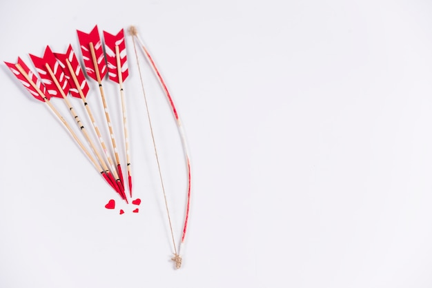 Flechas de amor com arco na mesa de luz