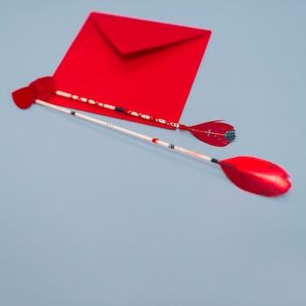 Flechas de amor com envelope na mesa