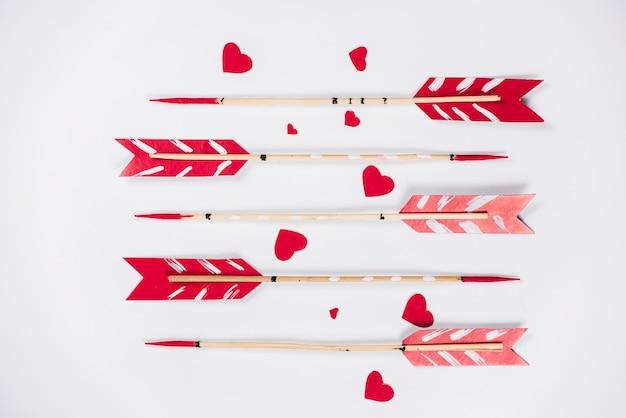 Flechas de amor com pequenos corações de papel