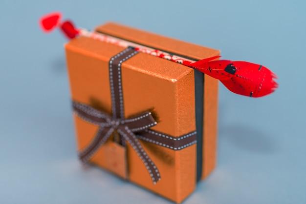 Flechas de amor na pequena caixa de presente