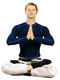 Flexível desportivo jovem fazendo exercícios de alongamento isolados no branco