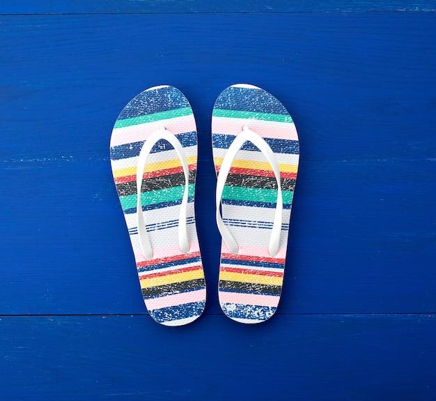 Flip flop em estilo simples, sobre fundo azul de madeira