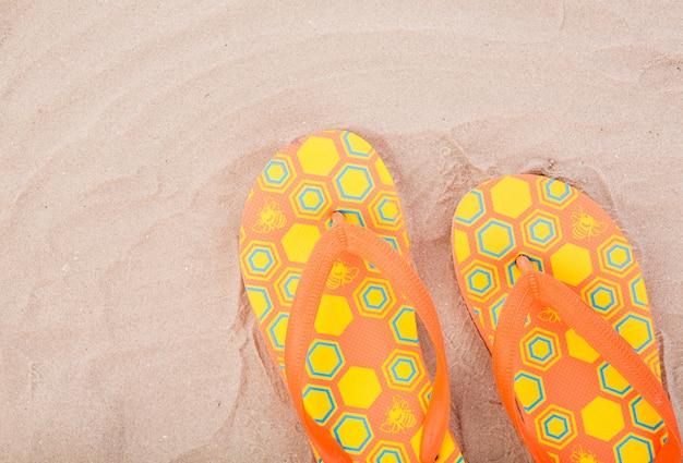 Flip-flops na areia da praia