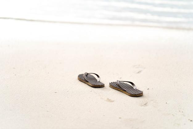 Flip-flops no fundo da praia.