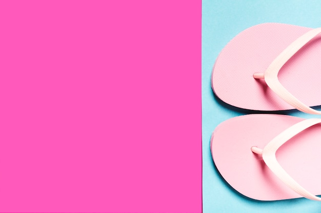 Flip-flops rosa na superfície colorida