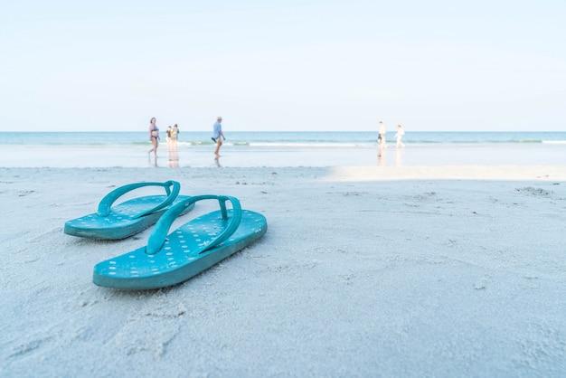 Flipflops em uma praia de areia arenosa