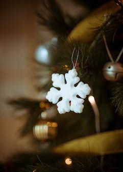 Floco de neve branco decorativo na árvore de natal
