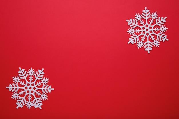 Floco de neve branco sobre um fundo vermelho