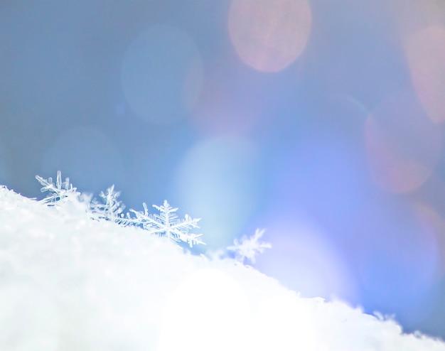 Floco de neve decorativo de natal na neve brilhante