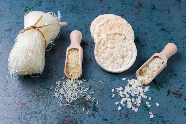 Flocos de arroz, macarrão de arroz, pão de arroz e arroz, vista superior