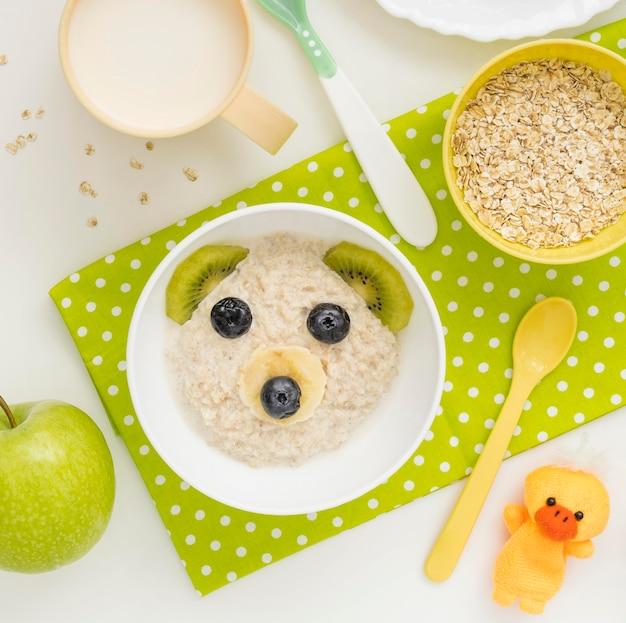 Flocos de aveia com comida para bebê com leite