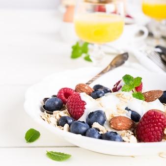 Flocos de aveia com frutas frescas