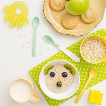 Flocos de aveia com leite em forma de urso para bebê