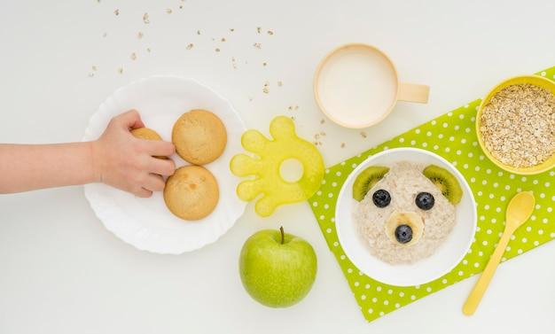 Flocos de aveia com leite em forma de urso