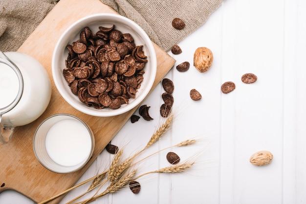 Flocos de chocolate no leite na mesa de café da manhã