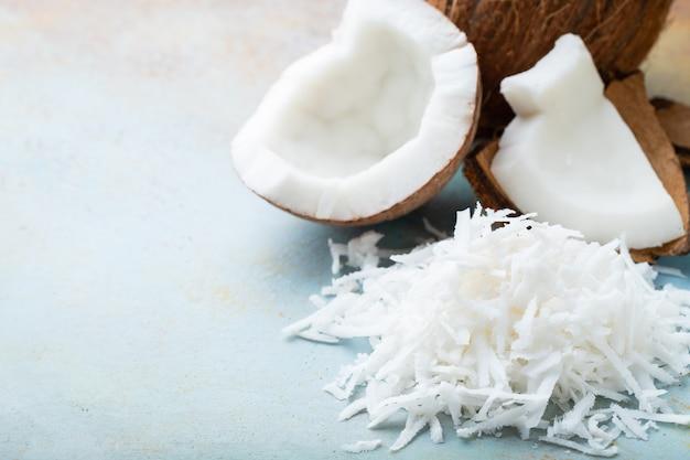 Flocos de coco em uma concha.