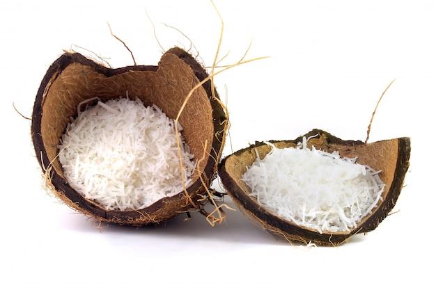 Flocos de coco frescos colocados na casca