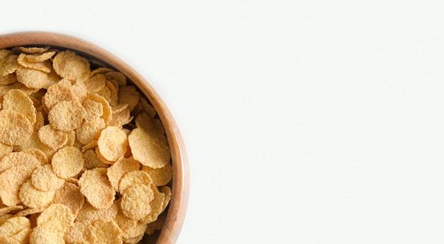 Flocos de fitness crocantes. café da manhã saudável e saudável. pratos de madeira. copyspace Foto Premium