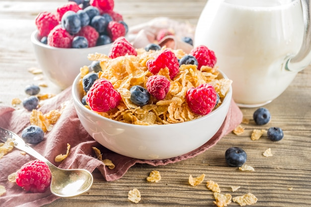 Flocos de milho com leite e frutas