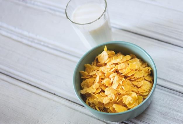 Flocos de milho com leite no café da manhã