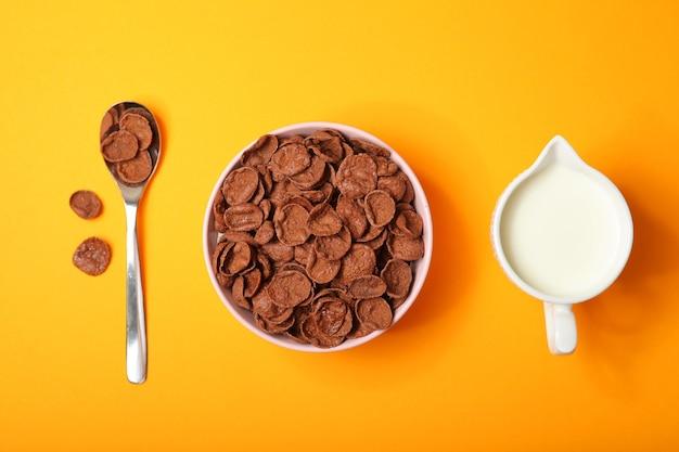 Flocos de milho de chocolate no café da manhã em um fundo colorido close-up