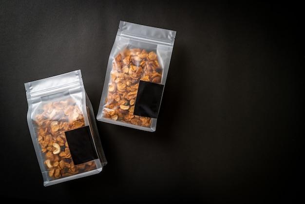 Flocos de milho de grãos (castanha de caju, amêndoa, sementes de abóbora e semente de girassol) - alimentos saudáveis com vários grãos