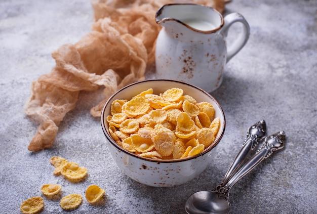 Flocos de milho doce cereais na tigela