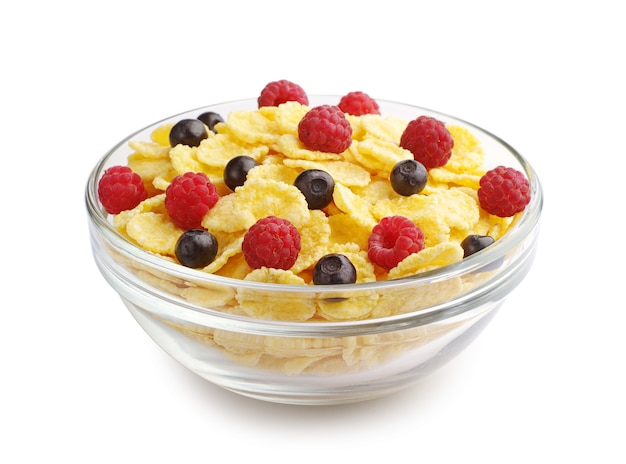 Flocos de milho e frutas vermelhas no copo transparente em um fundo branco