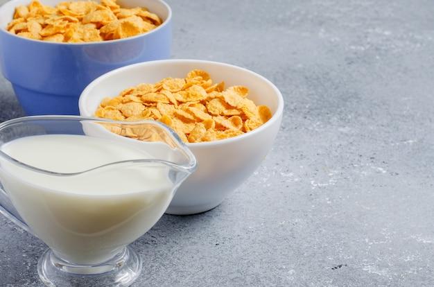 Flocos de milho e leite. dieta saudável. copie o espaço.