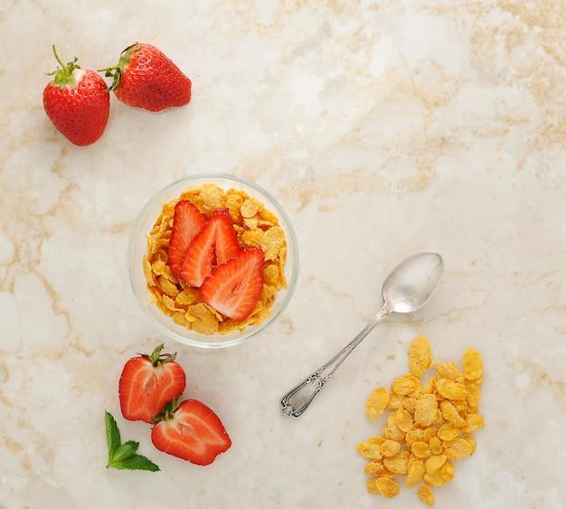Flocos de milho e morangos no café da manhã