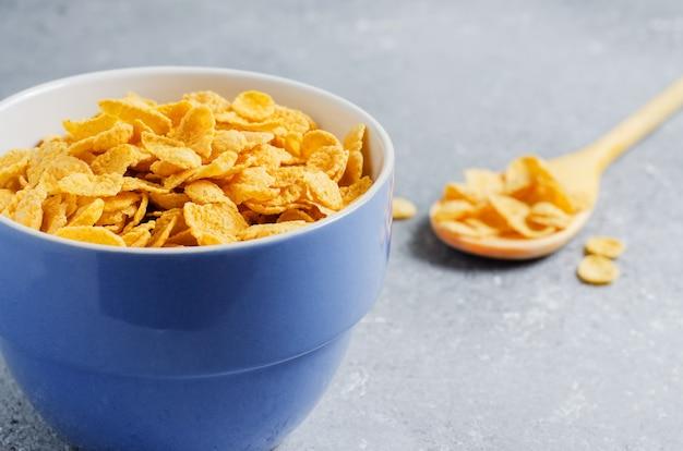 Flocos de milho em um prato. café da manhã saudável. copie o espaço.
