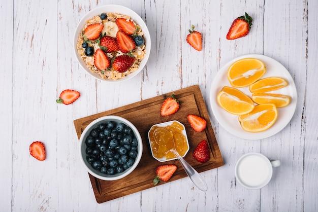 Flocos de milho na tigela com frutas e bagas diferentes