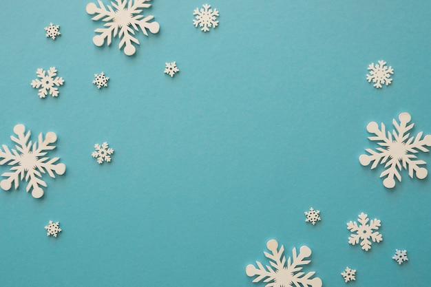 Flocos de neve brancos minimalistas de vista superior