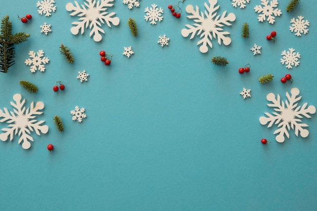 Flocos de neve brancos minimalistas e visco plano