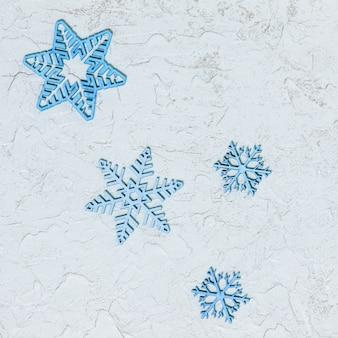 Flocos de neve de madeira estampados em fundo de brilho com espaço de cópia