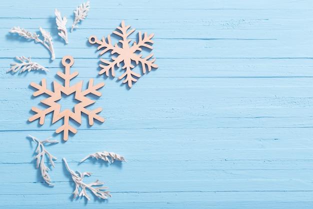 Flocos de neve de madeira sobre fundo azul