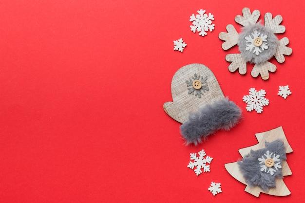 Flocos de neve de natal branco de composição de ano novo. fundo de decoração de natal com pinhas. vista superior com espaço de cópia