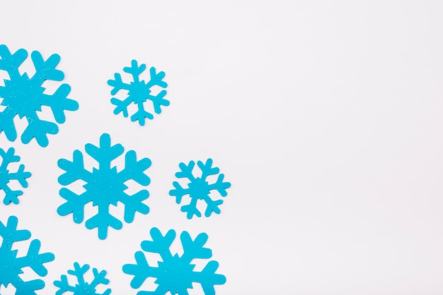 Flocos de neve de papel azul
