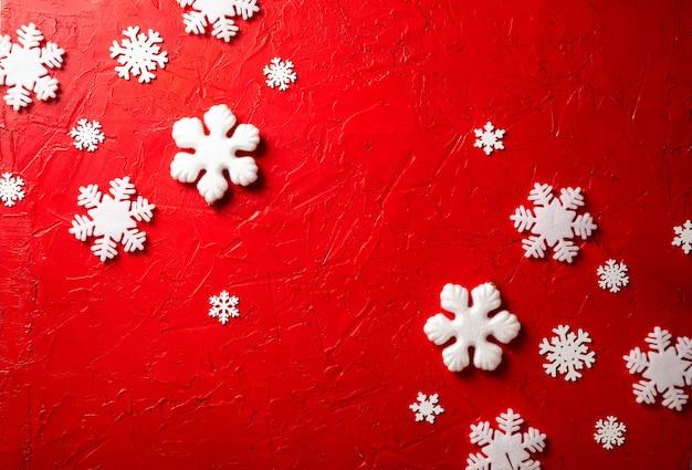 Flocos de neve de papel em fundo vermelho