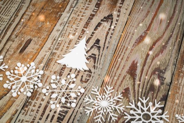 Flocos de neve de papel no fundo de madeira