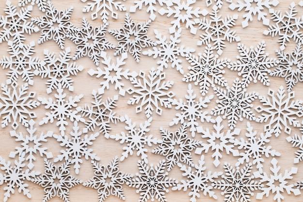 Flocos de neve decorativos de madeira branca