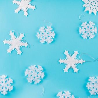 Flocos de neve diferentes na mesa azul
