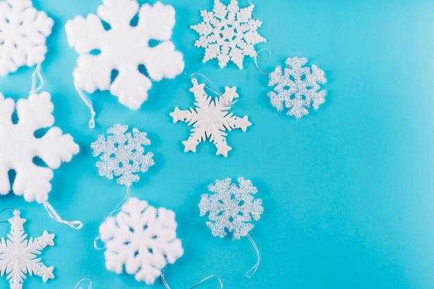 Flocos de neve diferentes na mesa