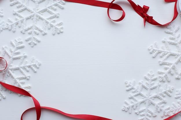 Flocos de neve e fita vermelha