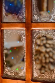 Flocos de neve incrivelmente bonitos são atraídos por uma geada nas janelas das casas