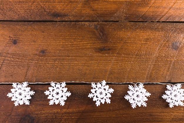 Flocos de neve na placa de madeira