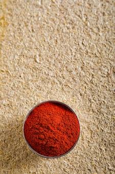 Flocos de pimenta vermelha e explosão de pó de pimentão